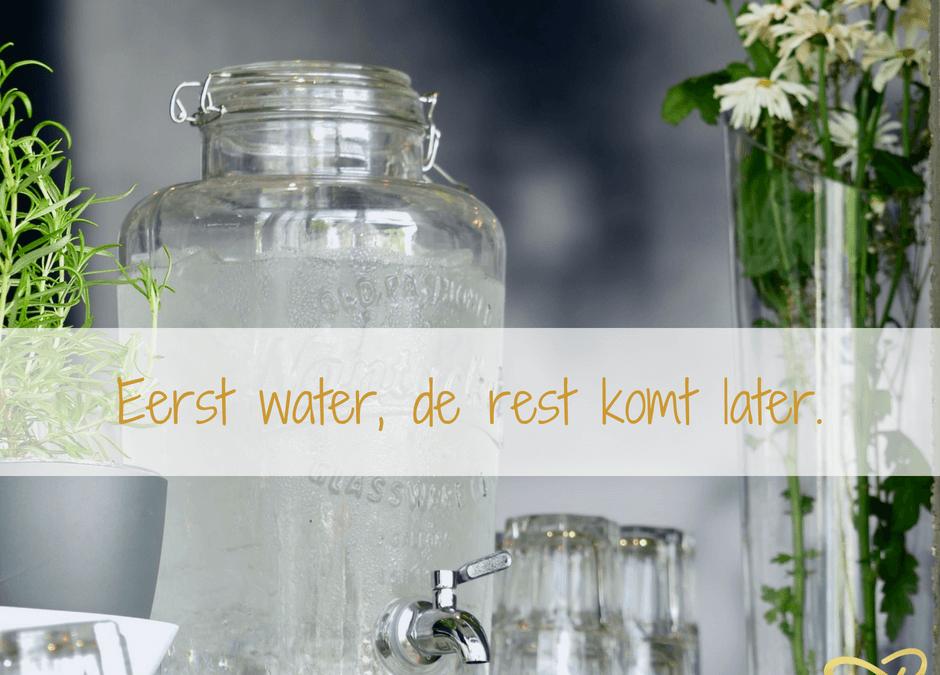 Water drinken, liever de hele dag kleine beetjes of bulk drinken